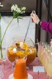 Свежий сок на таблице в ресторане выпивает здоровую морковь свежая в опарнике Сок девушки лить Стоковые Фото