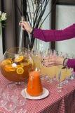 Свежий сок на таблице в ресторане выпивает здоровую морковь свежая в опарнике Сок девушки лить Стоковая Фотография RF