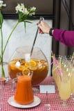 Свежий сок на таблице в ресторане выпивает здоровую морковь свежая в опарнике Сок девушки лить Стоковые Фотографии RF