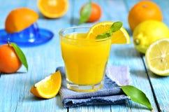 Свежий сок цитруса в стекле Стоковое Фото
