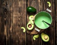 Свежий соус авокадоа На деревянной предпосылке Стоковые Фотографии RF