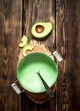 Свежий соус авокадоа На деревянной предпосылке Стоковое Изображение