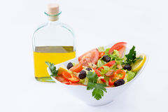 Свежий среднеземноморской салат с дополнительным виргинским оливковым маслом Стоковое фото RF