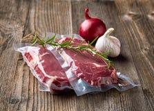 Свежий стейк говядины для sous варить vide стоковое фото rf