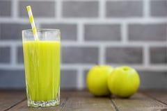 свежий стеклянный сок яблоко - зеленый цвет скопируйте космос Концепция Стоковое Изображение RF