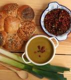 Свежий суп лук-порея готовый для еды Стоковые Изображения