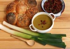 Свежий суп лук-порея на таблице Стоковая Фотография RF