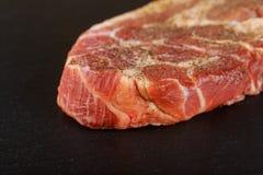 Свежий сырцовый основной черный стейк говядины глаза нервюры Ангуса на каменной предпосылке Стоковая Фотография RF