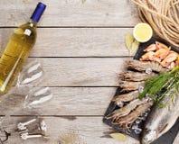 Свежий сырцовый продукт моря с специями и белым вином Стоковая Фотография RF