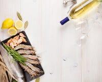 Свежий сырцовый продукт моря с специями и бутылкой белого вина Стоковое Изображение