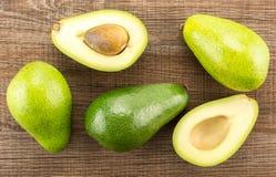 Свежий сырцовый ровный авокадо на коричневой древесине Стоковое фото RF