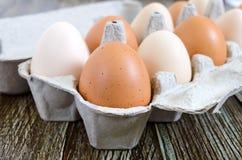 Свежий сырцовый цыпленок eggs в коробке яичка коробки на деревянной предпосылке Стоковая Фотография