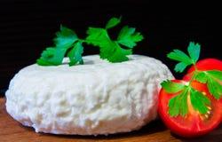 Свежий сыр с превосходными вкусом и ароматностью Сыр на деревянной разделочной доске с томатами и свежими травами стоковые фотографии rf