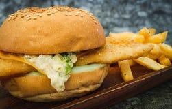 Свежий сделанный бургер рыб на деревянной съемке конца-вверх плиты Стоковое Фото