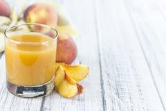 Свежий сделанный сок персика Стоковая Фотография RF