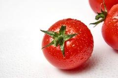 Свежий томат вишни на белой предпосылке с waterdrops Стоковое Фото