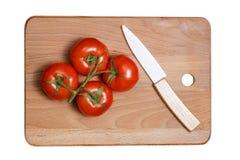 Свежий томат и керамический нож изолированные на белизне Стоковое фото RF