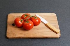 Свежий томат и керамический нож Стоковое Фото