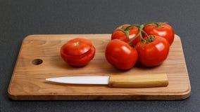 Свежий томат и керамический нож Стоковые Фото