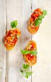 Свежий томат Bruschetta, который служат на кусках багета Стоковое фото RF