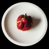 Свежий торт клубники на белой плите Стоковые Фото
