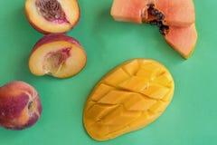 Свежий тропический плодоовощ на зеленой предпосылке Стоковые Изображения