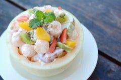 Свежий фруктовый салат дыни на деревянной таблице Стоковые Изображения
