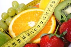 Свежий фрукт и овощ в ленте измерения Стоковое Изображение RF