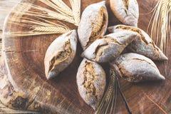 Свежий хлеб на деревянной предпосылке braun стоковая фотография