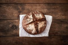 Свежий хлеб на темной деревянной доске, взгляд сверху crisp Домодельный хлебец стоковая фотография rf