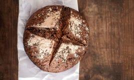 Свежий хлеб на темной деревянной доске, взгляд сверху crisp Домодельный хлебец стоковые изображения