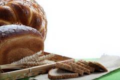 Свежий хлеб с ушами пшеницы на холстине. Стоковые Изображения RF