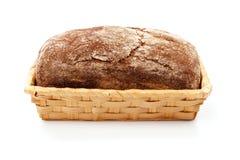 Свежий хлеб в корзине на белой предпосылке Стоковые Изображения
