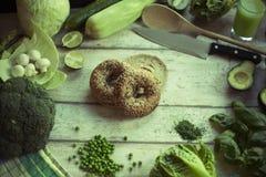 Свежий хлеб и овощи на деревянной поверхности Стоковая Фотография RF