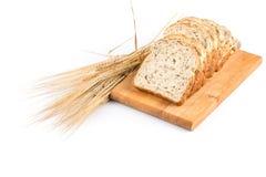 Свежий хлеб и пшеница на белизне Стоковое Фото