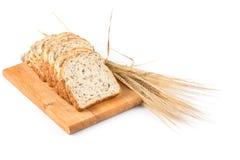 Свежий хлеб и пшеница на белизне Стоковое Изображение