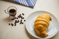 Свежий хлеб и хлебобулочные изделия на деревянный прерывать Стоковая Фотография RF