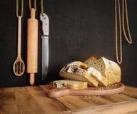 Свежий хлеб при овес отрезанный на космосе экземпляра предпосылки фото разделочной доски шифера Стоковая Фотография