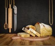 Свежий хлеб при овес отрезанный на космосе экземпляра предпосылки фото разделочной доски шифера Стоковое фото RF