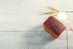 Свежий хлеб с молоком и колосками пшеницы на деревянные доски Стоковая Фотография