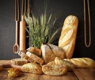 Свежий хлеб с пшеницей на предпосылке разделочной доски и фото шифера копирует космос Стоковые Фотографии RF