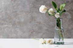 Свежий цветок белой розы в бутылке Стоковое Изображение