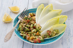 Свежий цикорий листьев с салатом авокадоа, яблока, гаек и петрушки Стоковое Изображение RF