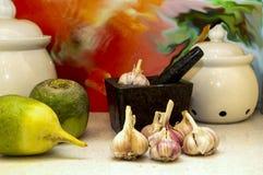 Свежий чеснок и зеленая ложь редиски на кухонном столе стоковые изображения rf