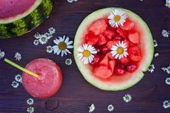 Свежий шар питья арбуза, питье в стекле и некоторые свежие Стоковые Изображения