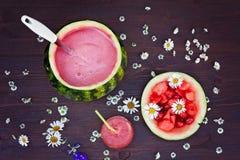 Свежий шар питья арбуза, питье в стекле и некоторые свежие Стоковое фото RF