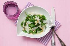свежий шпинат салата пармезана Стоковые Изображения