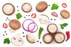 Свежий champignon величает при петрушка, перчинки и накаленные докрасна перцы chili изолированные на белой предпосылке Взгляд све Стоковая Фотография RF