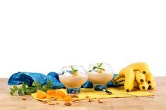 Свежий milkshake банана изолированный на белой предпосылке Ворох бананов изолированная коктеилом белизна лета тоническая Сладостн Стоковые Фотографии RF