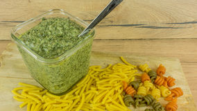 Свежий Pesto с базиликом и оливковым маслом стоковая фотография